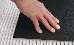 روش مصرف چسب کاشی خمیری آکریلیکی